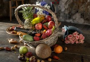 Корзина фруктов с букетом